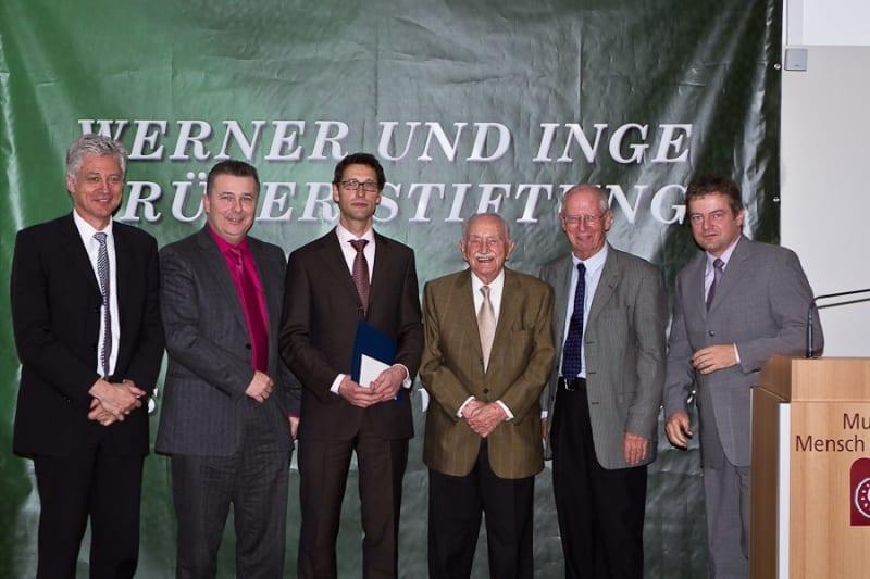 Ulrich Schnabel (Mitte links), Prof. Dr. Werner Grüter (Mitte rechts)